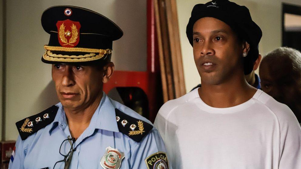 La cara de terror de Ronaldinho con las esposas y camino de la cárcel