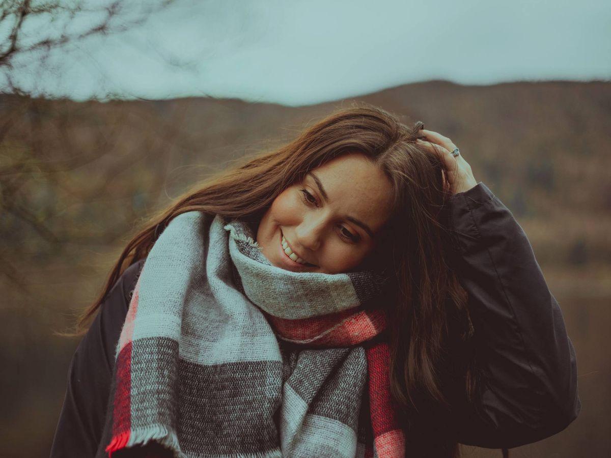 Foto: Las bufandas son un complemento que no puede faltar en tu armario. (Courtney Hobbs para Unsplash)