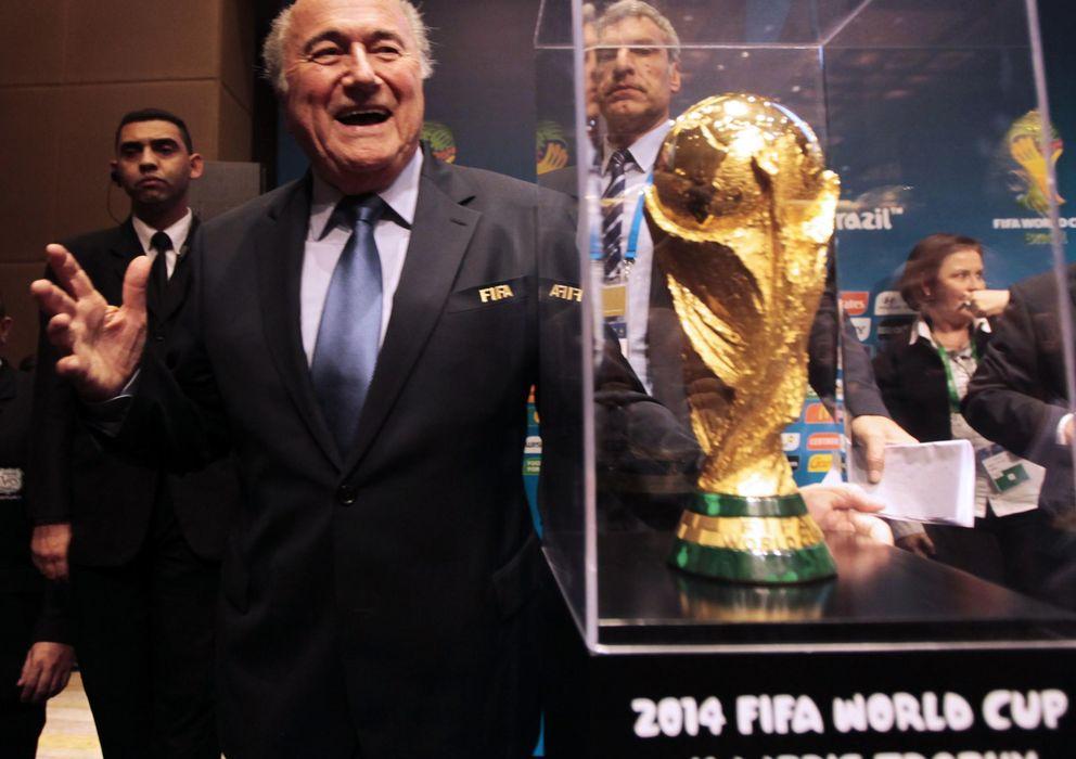 Foto: Joseph Blatter, presidente de la FIFA, con el trofeo de campeón del mundo (Reuters)