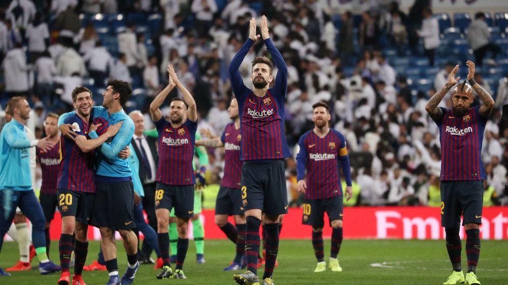 Foto: Piqué saluda a los aficionados azulgranas presentes en el Bernabéu tras la victoria del Barcelona. (Reuters)