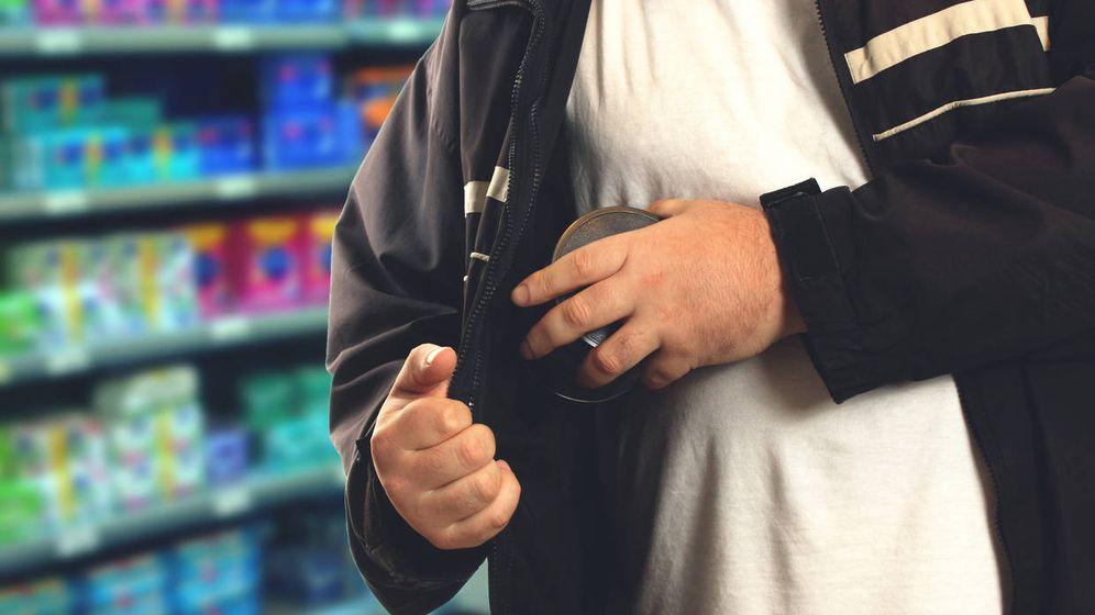 Foto: Un hombre hurta una lata de conservas en un supermercado. (iStock)