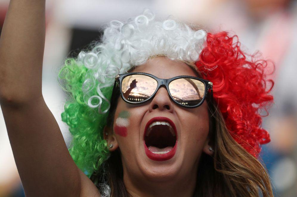 Foto: Una aficionada iraní, en el estadio San Petersburgo antes del partido entre Marruecos e Irán, el 15 de junio de 2018. (Reuters)