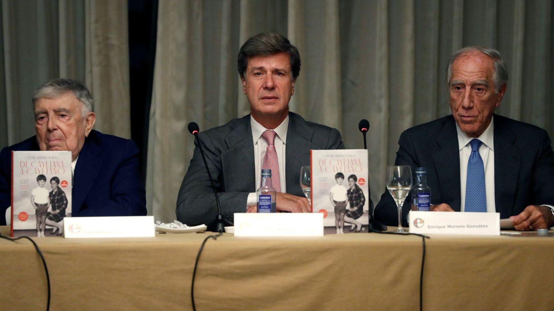 Cayetano Martínez de Irujo (c), acompañado por Luis María Anson (i) y Enrique Moreno González (d). (EFE)