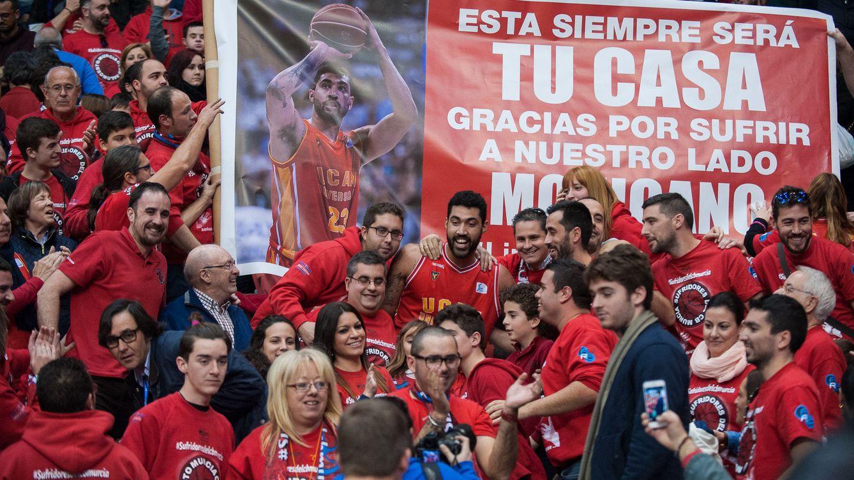 Foto: Lima fue homenajeado por la afición en el UCAM-Estudiantes (J. Bernal/ACB Photo)