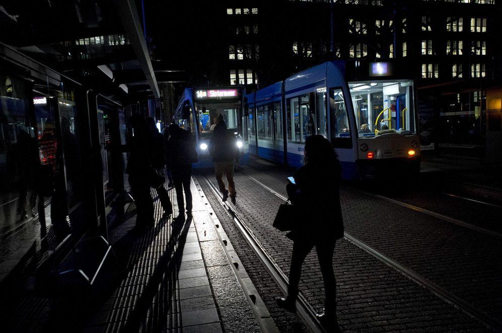 Foto: Un grupo de personas espera un transporte en la oscuridad, en Ámstedam (Efe).