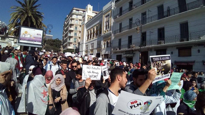 Protestas en Argel contra la transición controlada que propone Bouteflika. (TAS)