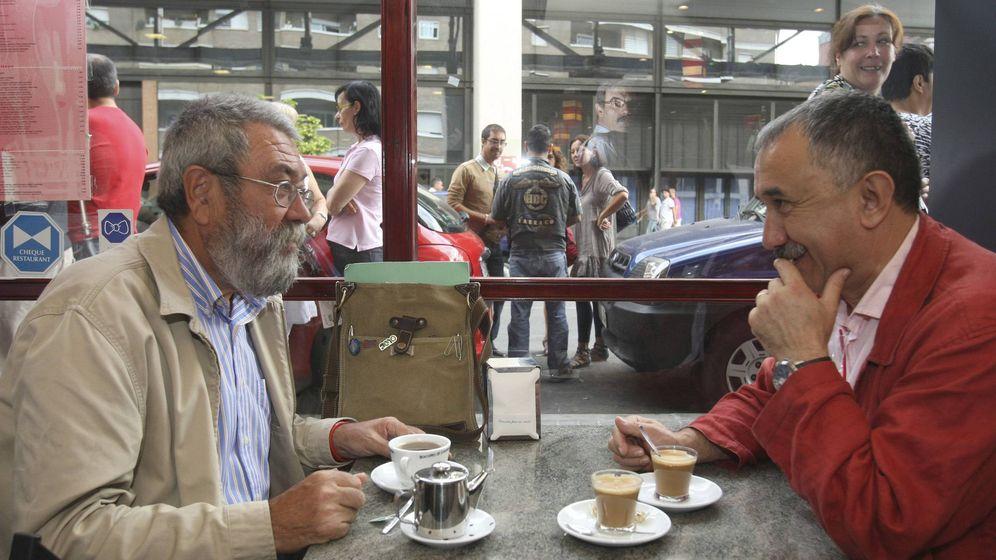 Foto: El secretario general de UGT, Cándido Méndez (i), se toma un café con su homólogo de Cataluña, José María Álvarez. (EFE)