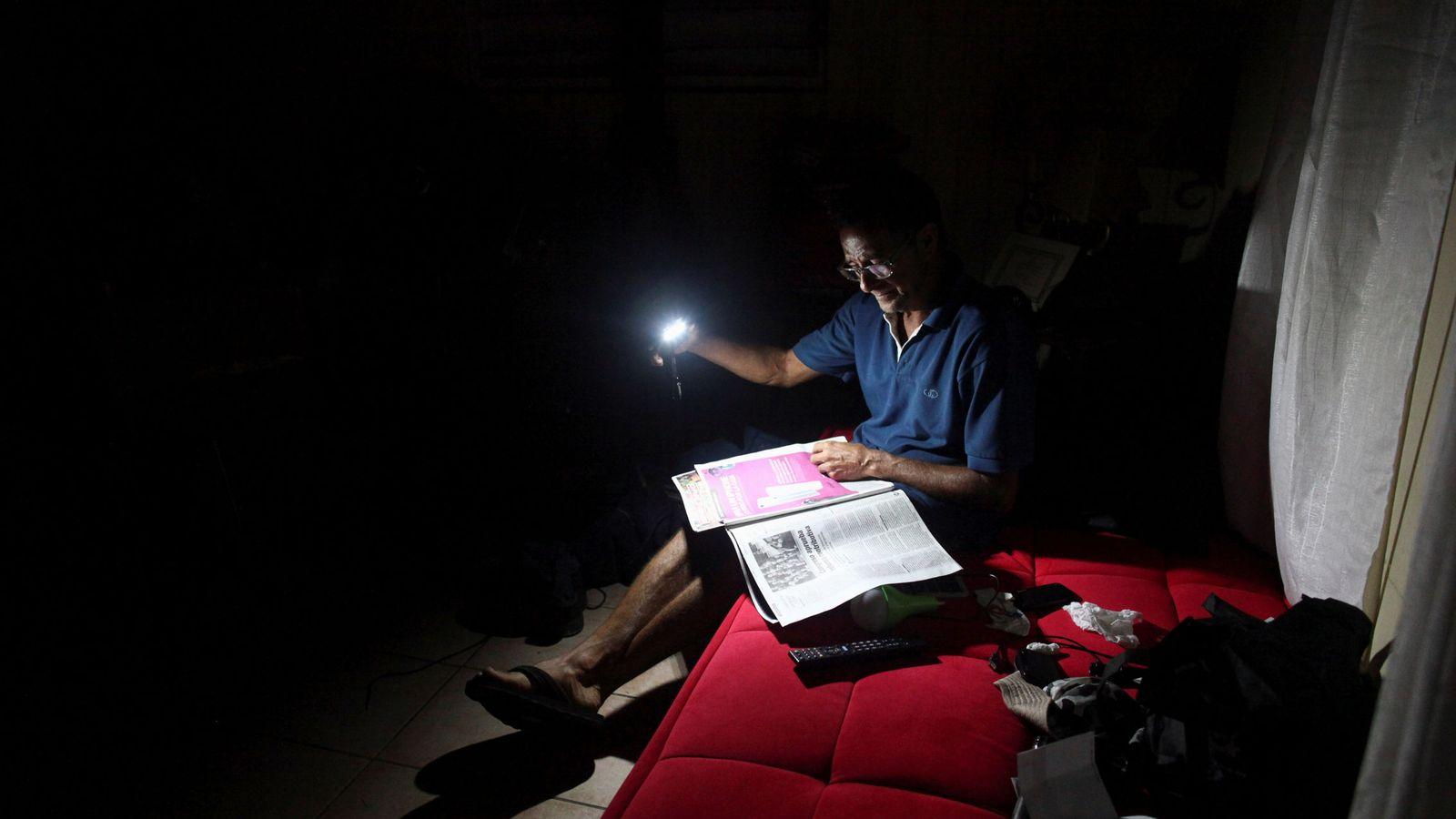 Foto: La linterna es una de las aplicaciones más utilizadas en los smartphones (Reuters/Alvin Baez)