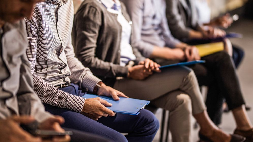 Foto: Un grupo de candidatos espera para una entrevista de trabajo. (iStock)