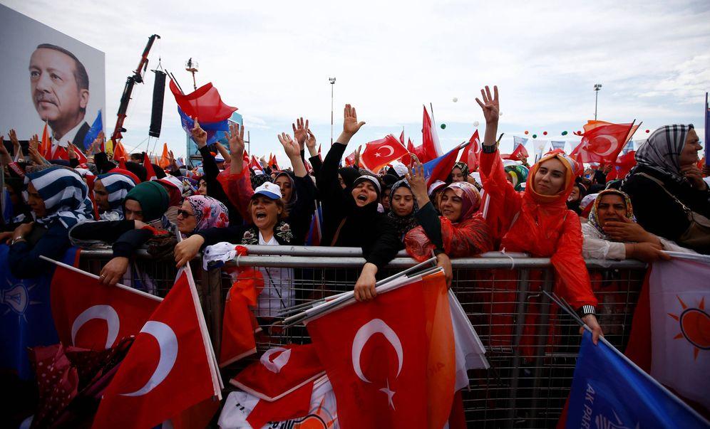 Foto: Simpatizantes de Erdogan durante un mitin electoral del presidente en Estambul, el 17 de junio de 2018. (Reuters)