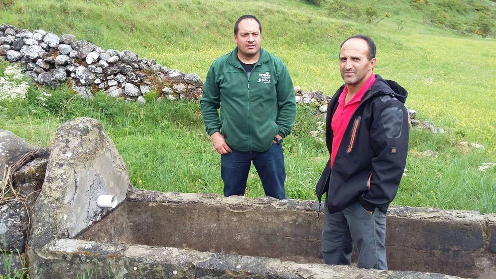 Foto: José Luis García Oblanca y Paulino Fernández, en la fuente de la Blimbera, en León, seca por los túneles de Pajares. (R. M.)