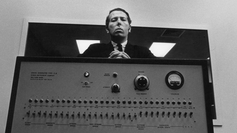 Stanley Milgram con su máquina de electrocutar falsa.