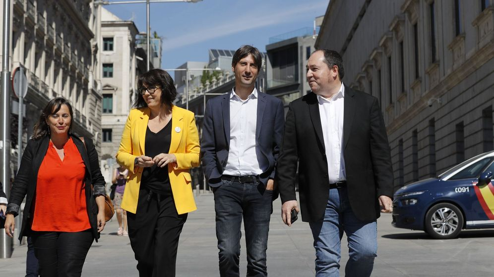 Foto: Diana Riba, segunda por la izquierda, de amarillo, a su llegada al Congreso. EFE