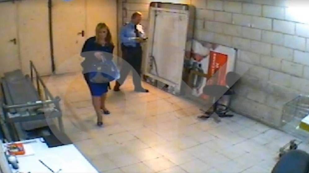 Foto: Captura del vídeo del hurto de Cifuentes en el Eroski de Vallecas.