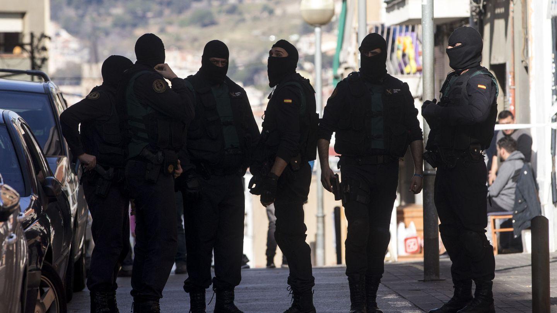 Agentes del GAR en una operación antiterrorista en Badalona (EFE).