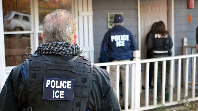 Oficiales de la ICE llevan a cabo una redada contra presuntos inmigrantes irregulares en Atlanta, el 9 de febrero de 2017. (Reuters)