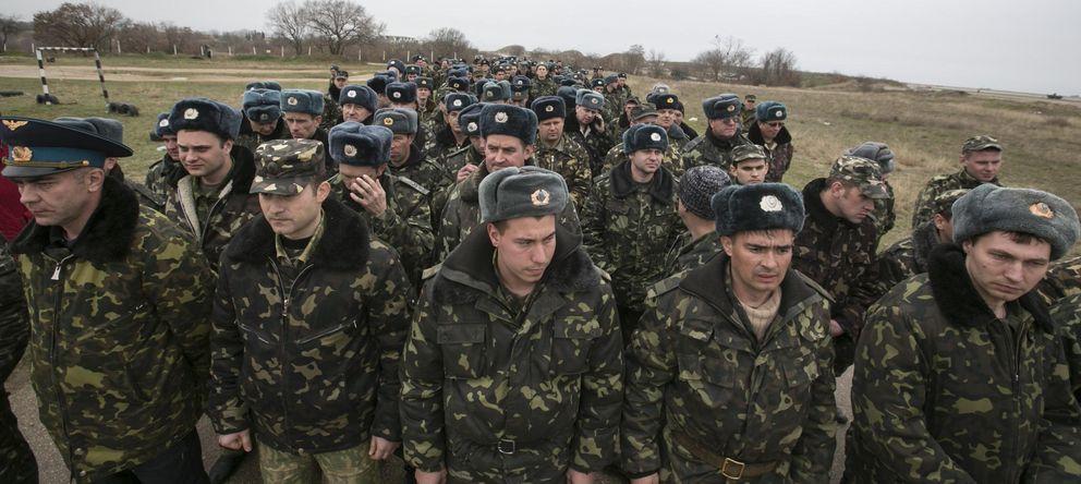 Foto: Soldados ucranianos llegan al aeródromo de Belbek, en Crimea, para negociar con las tropas rusas. (Reuters)