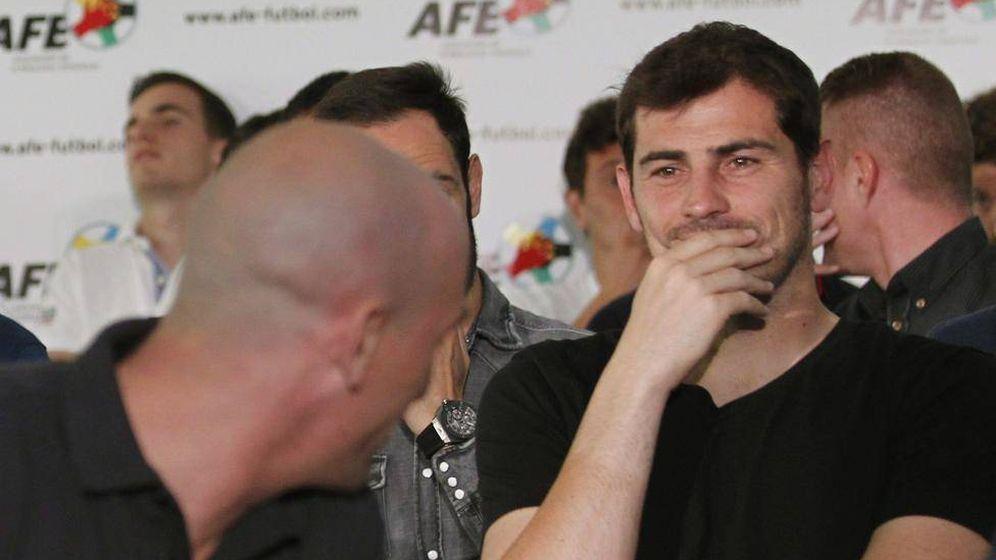 Foto: Iker Casillas, con Luis Rubiales delante de él, durante una reunión del sindicato AFE. (EFE)