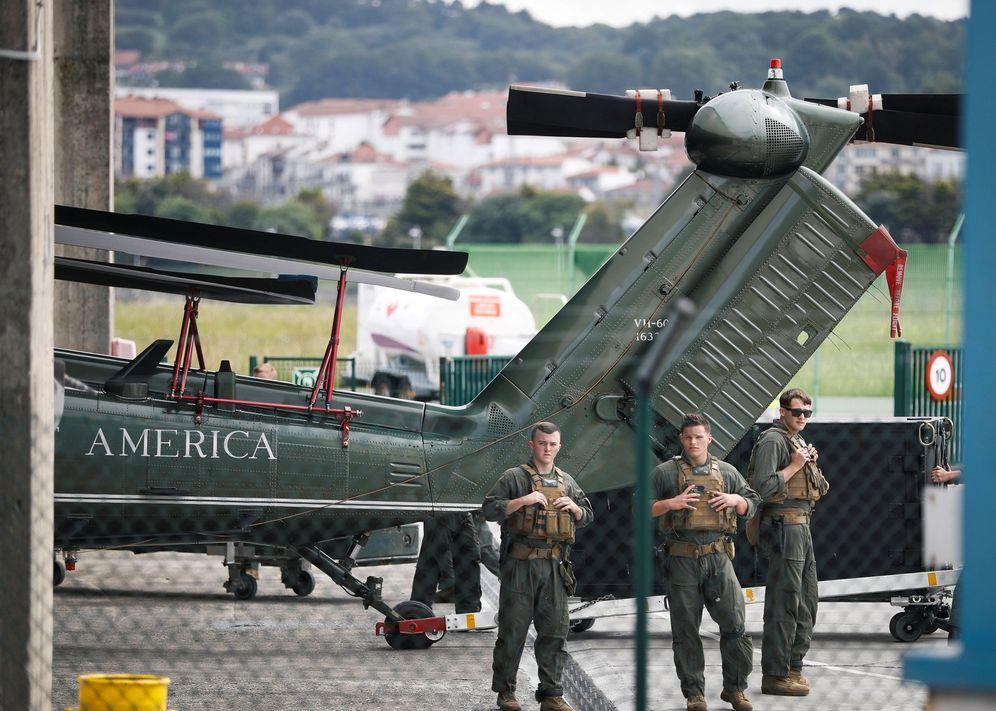 Foto: Militares estadounidenses custodian el helicóptero de Trump en el aeropuerto de Hondarribia con motivo del G-7. (EFE)