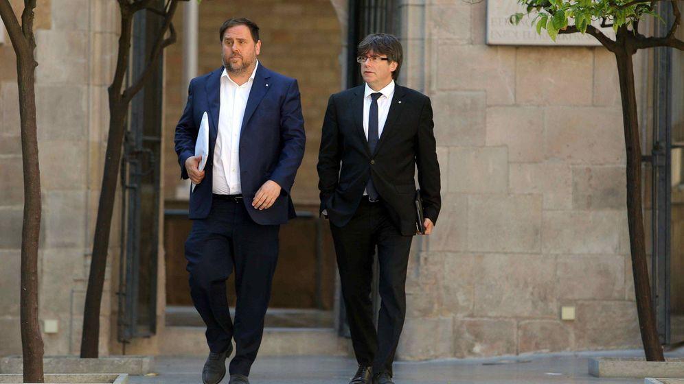 Foto: El expresidente de la Generalitat, Carles Puigdemont, y su exvicepresidente, Oriol Junqueras (i), a su llegada a una reunión semanal del Govern. (EFE)