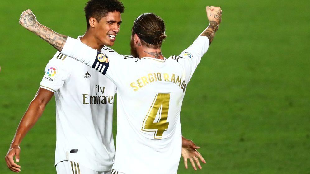 Foto: Raphael Varane y Sergio Ramos celebran el título de Liga. (Reuters)