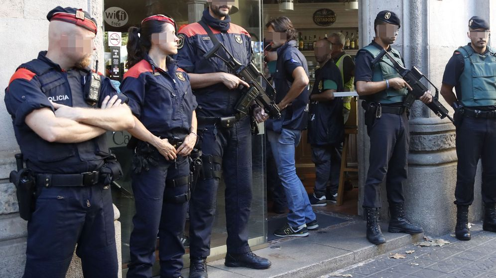 Foto: Efectivos de la Guardia Civil y los Mossos d'Escuadra, en Barcelona. (EFE)