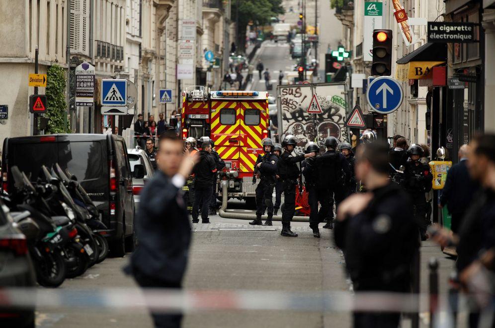 Foto: Varios miembros de las fuerzas policiales montan guardia en un perímetro de seguridad durante una supuesta toma de rehenes en París. (EFE)
