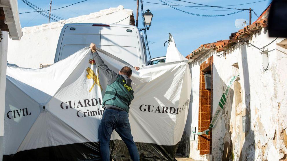 Vecinos de El Campillo rompen el cordón policial y gritan asesino a Montoya