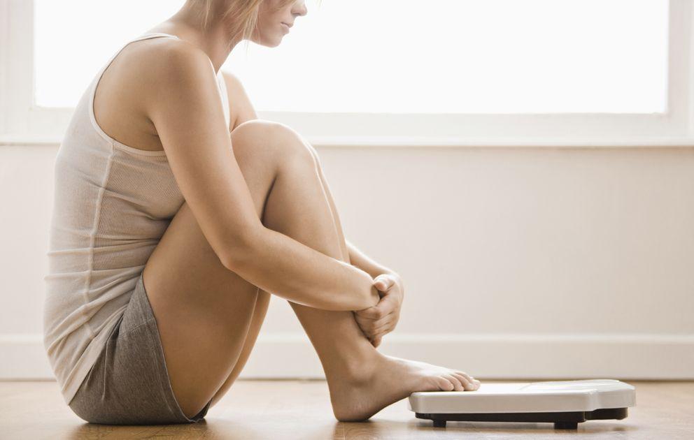 Foto: ¿Te has planteado alguna vez que adelgazar tiene su lado oscuro? Descubre algunas de las terribles consecuencias que puede tener perder peso. (Corbis)