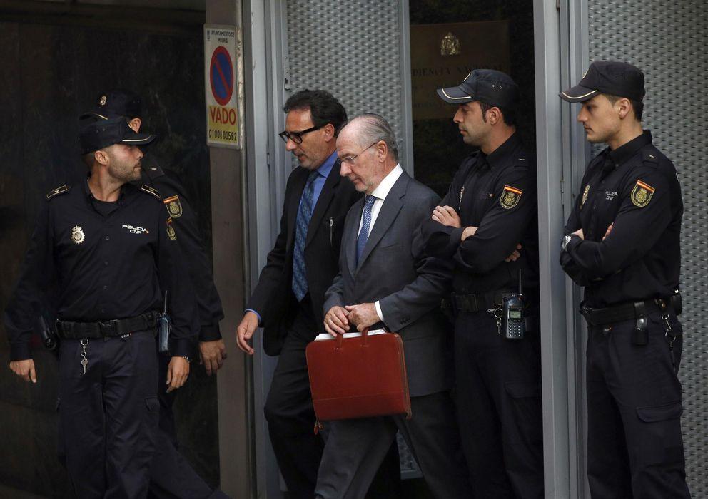 Foto: Rodrigo Rato a la salida del Tribunal Supremo tras declarar por el caso de las 'tarjetas black' en una imagen de archivo (EFE)