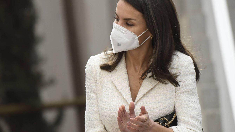 Bolso de Nina Ricci de 1.000€ y manolos: el look de la reina Letizia en Cáceres
