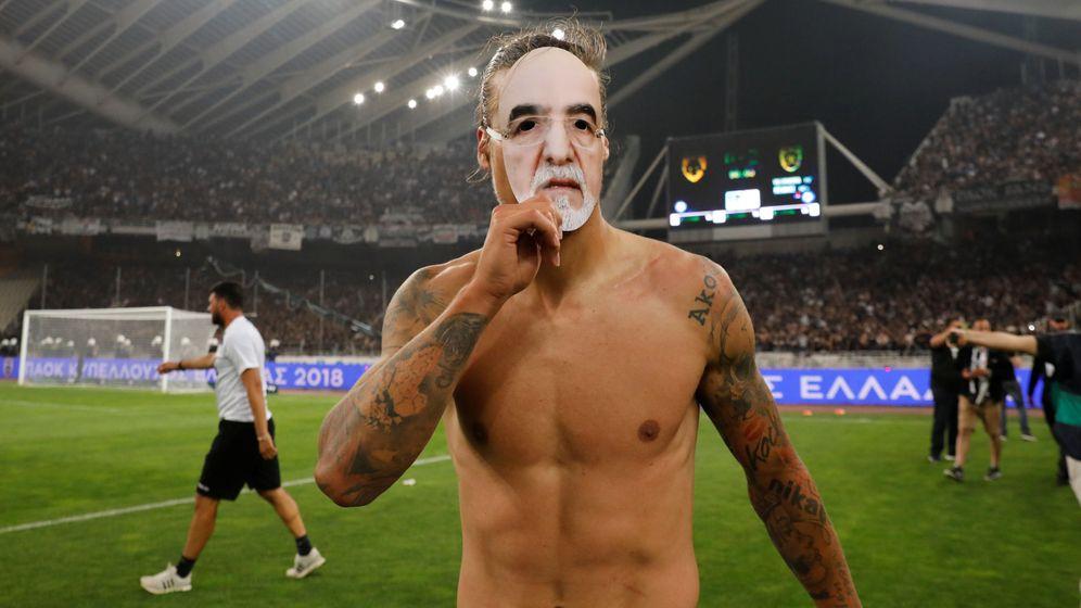 Foto: El jugador del PAOK Salonika Aleksandar Prijovic porta una máscara con el rostro del presidente del club, Ivan Savvidis, el 12 de mayo de 2018. (Reuters)