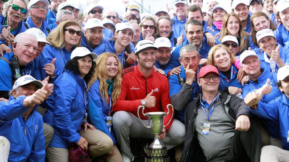 Foto: Jon Rahm posa con el trofeo del Open de España y el personal del torneo. (EFE)
