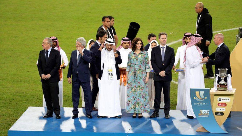 El Real Madrid recibe el trofeo de campeón de la Supercopa de España, en Arabia Saudí. (EFE)