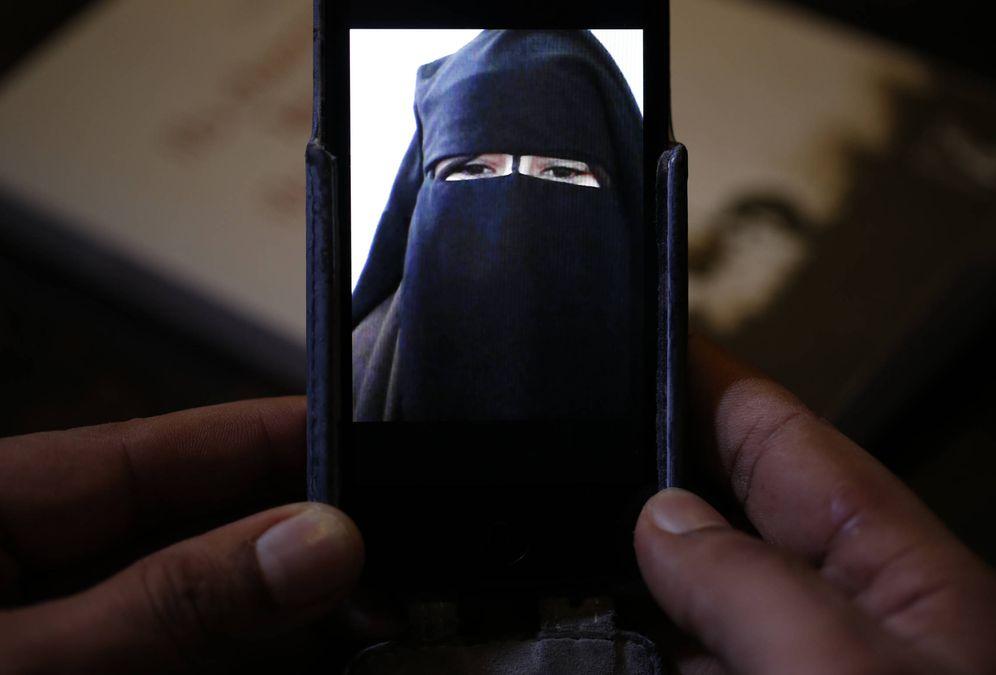 Foto: Foad, hermano de una francesa de 15 años que escapó de su hogar para viajar a Siria, muestra una imagen de la joven en la actualidad. (Reuters)