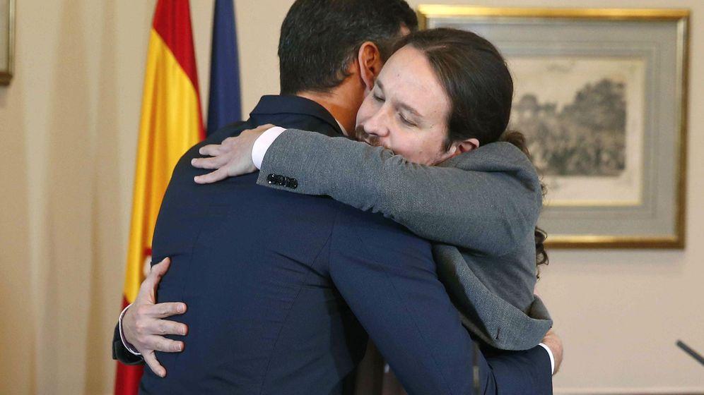 Foto: Pedro Sánchez, iz., y Pablo Iglesias,d., se abrazan tras la firma del preacuerdo. (EFE)
