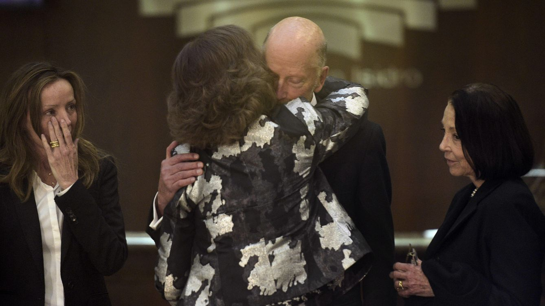 Foto: La Reina Doña Sofía abrazando a Simeón de Bulgaria en el entierro de su hijo Kardam