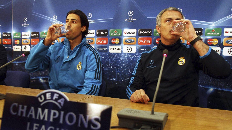 Khedira y Mourinho, en una rueda de prensa. (Efe)
