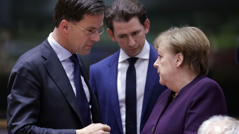 Mark Rutte, Sebastian Kurz y Angela Merkel en una reunión de líderes europeos. (Reuters)