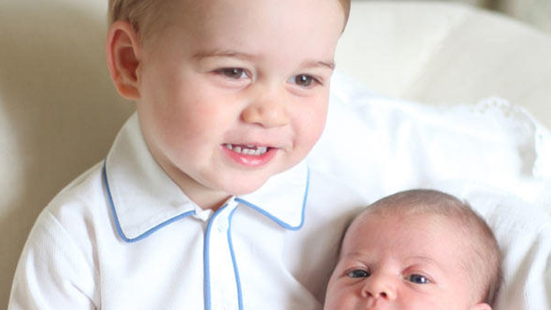 Primer posado de Charlotte con su hermano (Gtres)