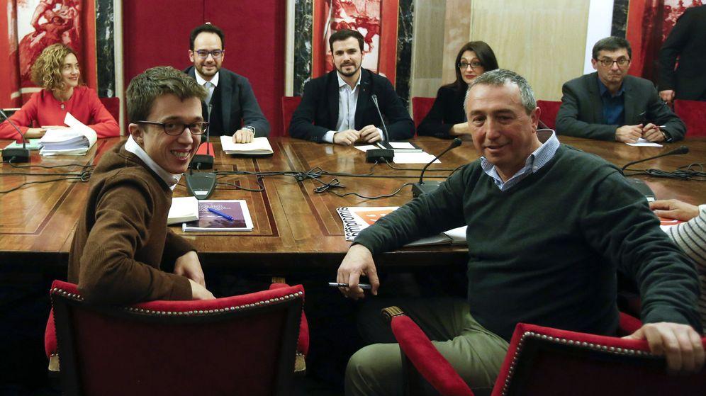Foto: El portavoz de Podemos, Íñigo Errejón, junto al portavoz de Compromís, Joan Baldoví, durante la primera reunión del espacio a cuatro, el pasado 22 de febrero. (EFE)