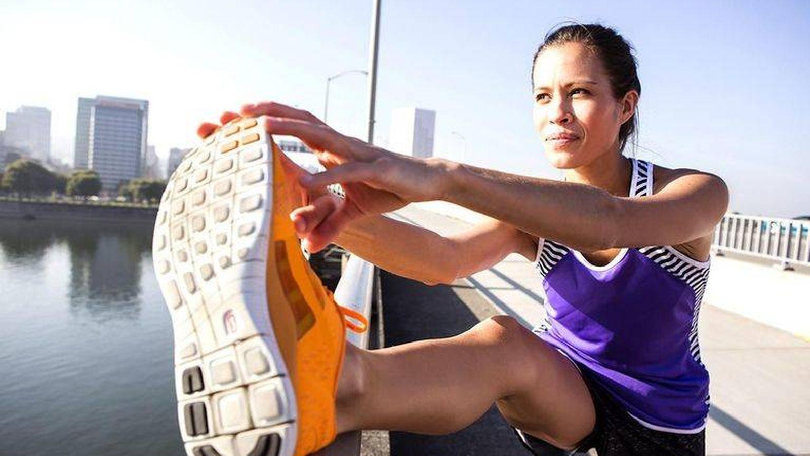 Foto: Una chica calentando antes de empezar a correr.