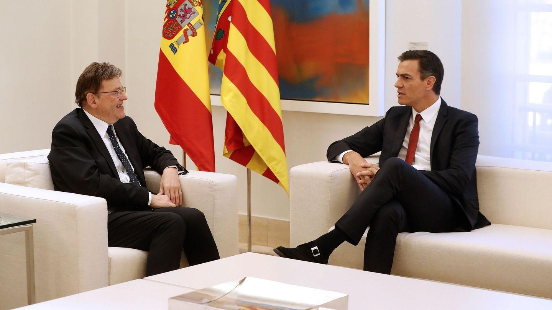 El presidente del Gobierno, Pedro Sánchez (d), y el president de la Generalitat Valenciana, Ximo Puig (i), conversan durante la reunión que han mantenido en el Palacio de la Moncloa. (EFE)