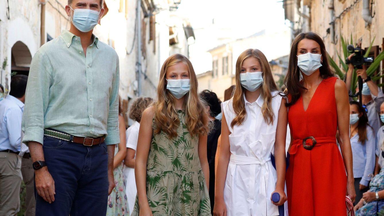Foto: Los Reyes, la princesa de Asturias y la infanta Sofía, en Mallorca. (EFE)