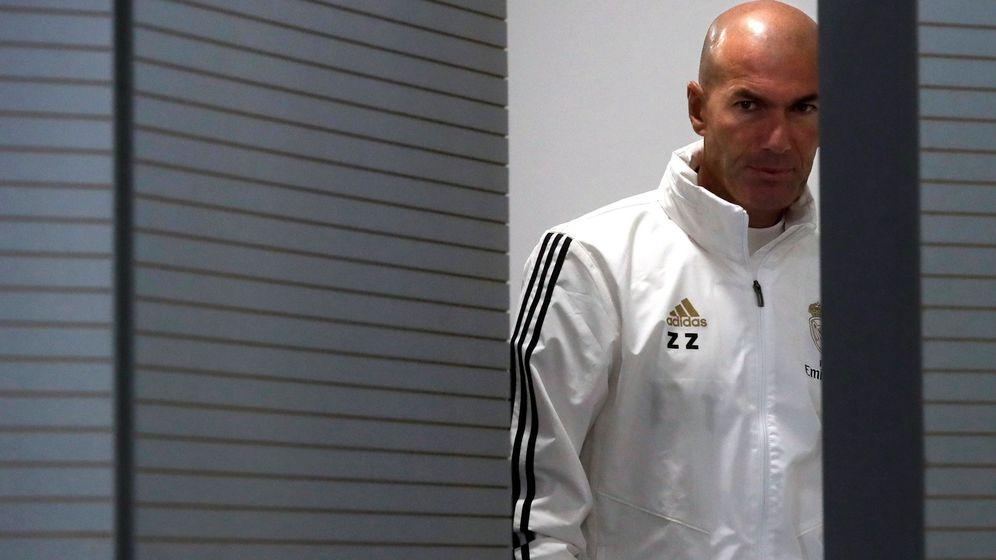Foto: Zinédine Zidane abre la puerta de la sala de prensa de la Ciudad Deportiva de Valdebebas. (Efe)