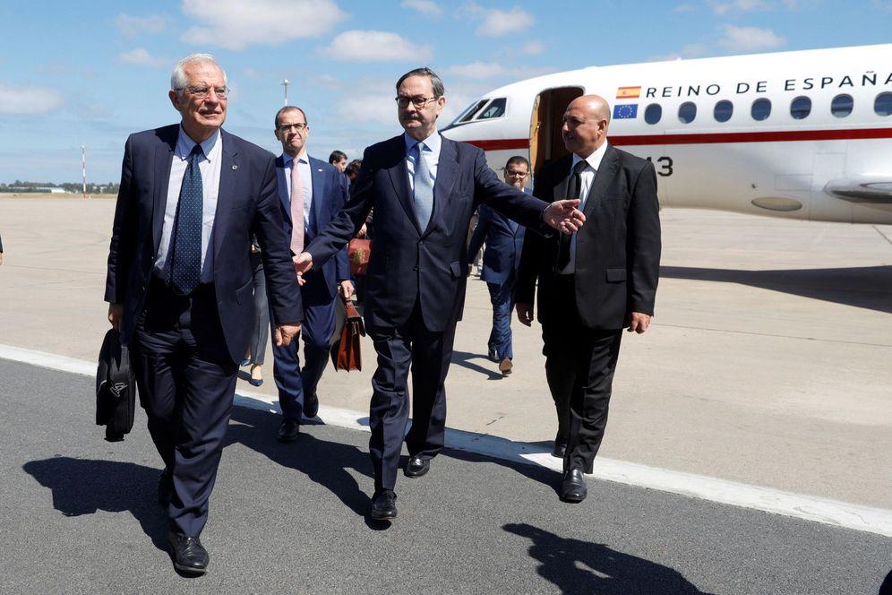 Foto: El ministro de Asuntos Exteriores, Josep Borrell, a su llegada a Rabat, donde fue recibido por el embajador de España en Marruecos, Ricardo Diez. (EFE)
