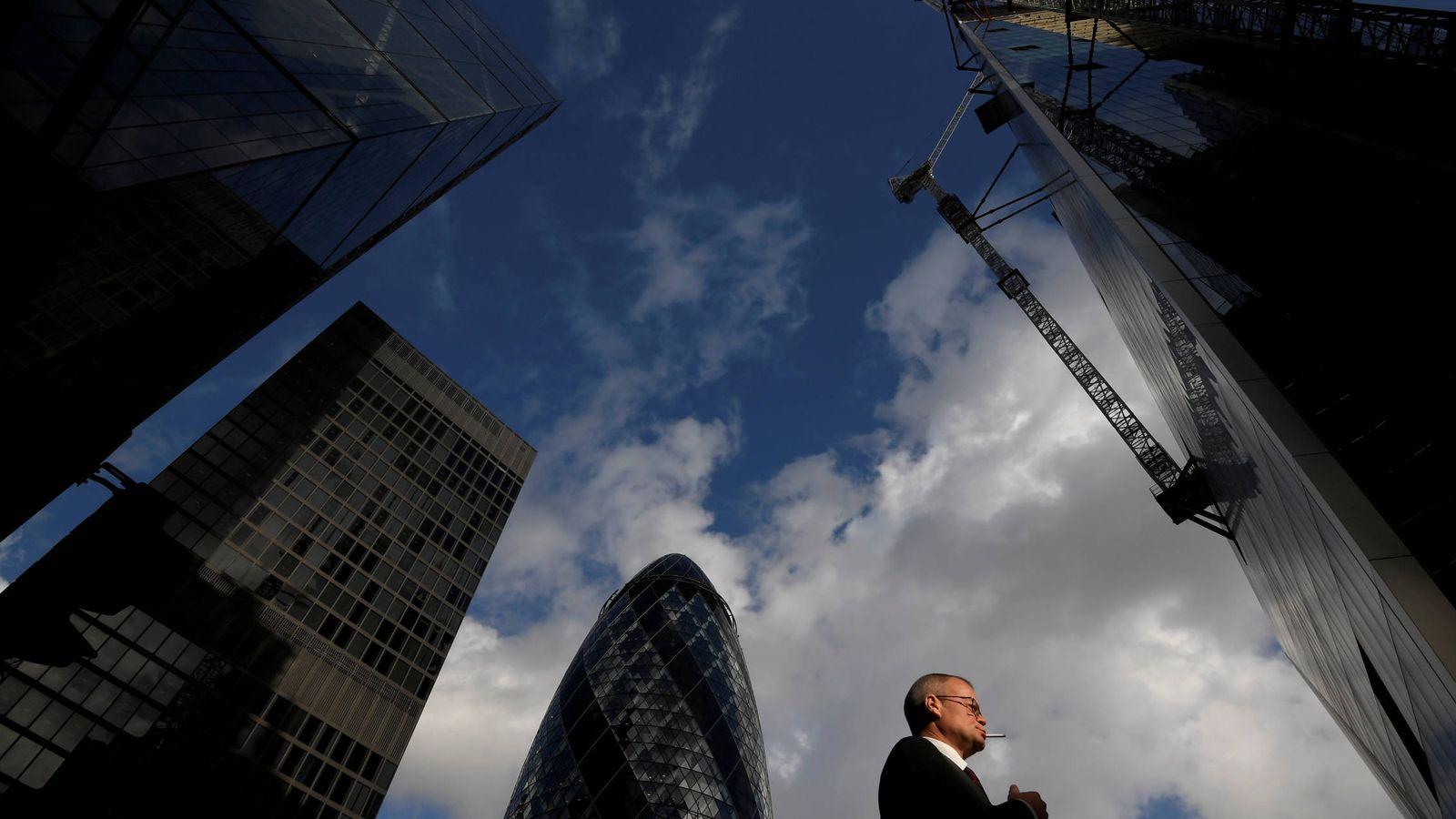 Foto: Un trabajador de la City, el distrito financiero de Londres. (Reuters)