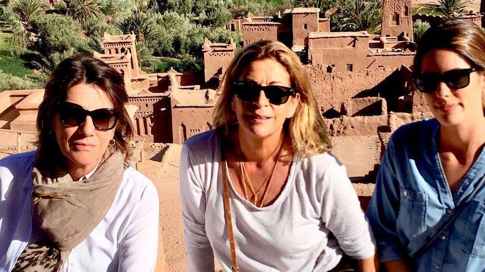 Foto: Sofía Palazuelo, junto a su madre y una amiga de la familia en Marruecos. (@lolacoronel)