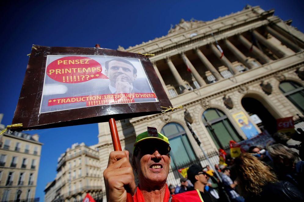 Foto: Un manifestante durante las protestas contra la reforma laboral de Macron, en Marsella. (Reuters)