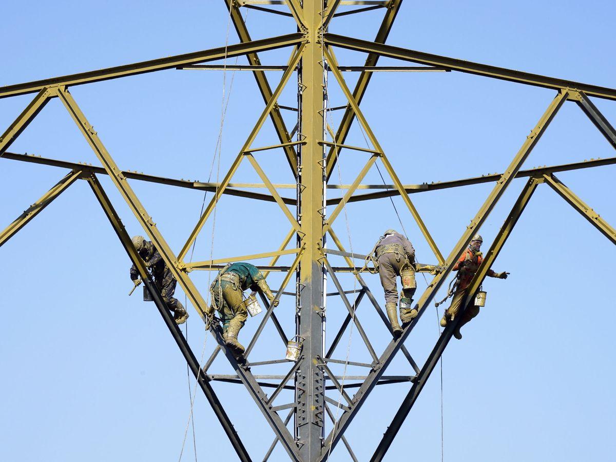 Foto: Mantenimiento de un poste de electricidad en Leicester, Reino Unido. (EFE)